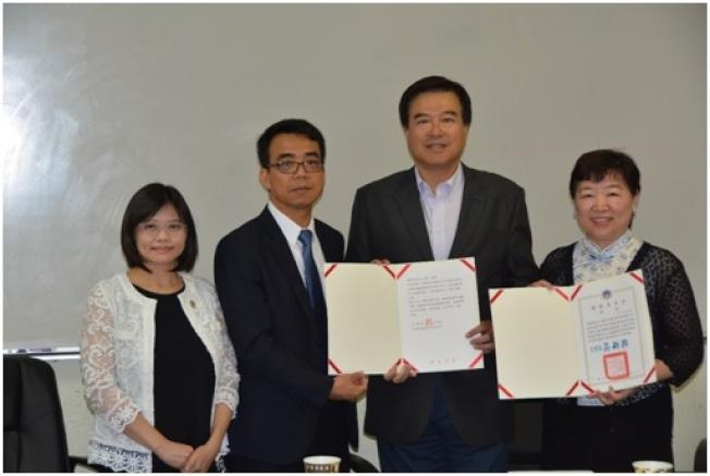 林映佐(左二)、李美姿(左一)代僑委會頒發雙十國慶證書與謝函給僑務委員曹明宗(右二)、孟敏寬。