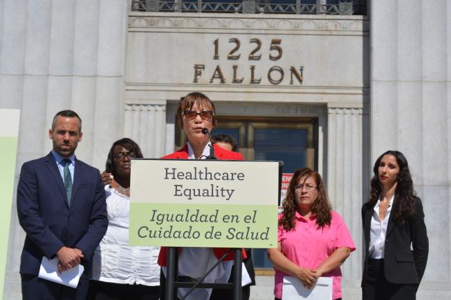 數個社區組織、律師及阿拉米達縣議員陳煥瑛12日宣布,已在阿縣高等法院起訴加州醫療系統有歧視性。(記者劉先進/攝影)