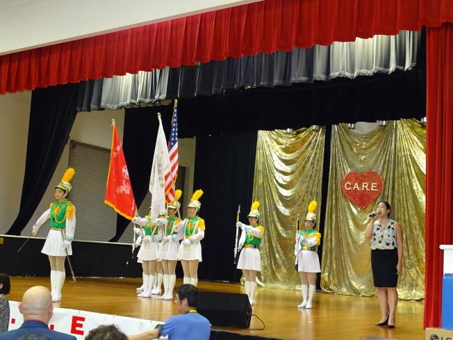 北一女儀隊以整齊的步伐閃亮登場,Victoria 馬(右一)高唱美國國歌。