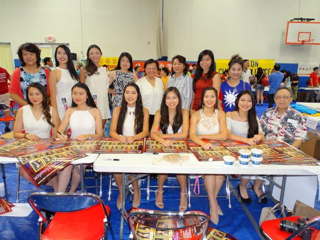 僑務委員劉秀美(後排右四)、美南銀行公關Ling(後排右三),與中國城小姐候選人等形成美麗的隊伍。