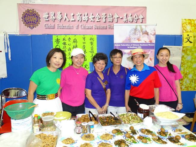 世華婦女工商企管協會前會長林琬真(左一)、賴李迎霞(右二)等熱情到場義賣。