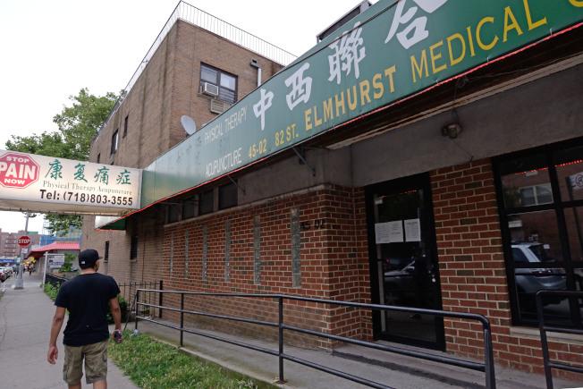 章曉良位於艾姆赫斯特的診所13日未營業,門口告示寫著7月12日到14日停業。(記者朱澤人/攝影)