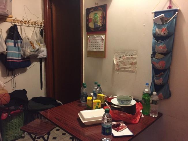 林隆輝一家人擠在小小的一室一廳裡。(記者俞姝含/攝影)