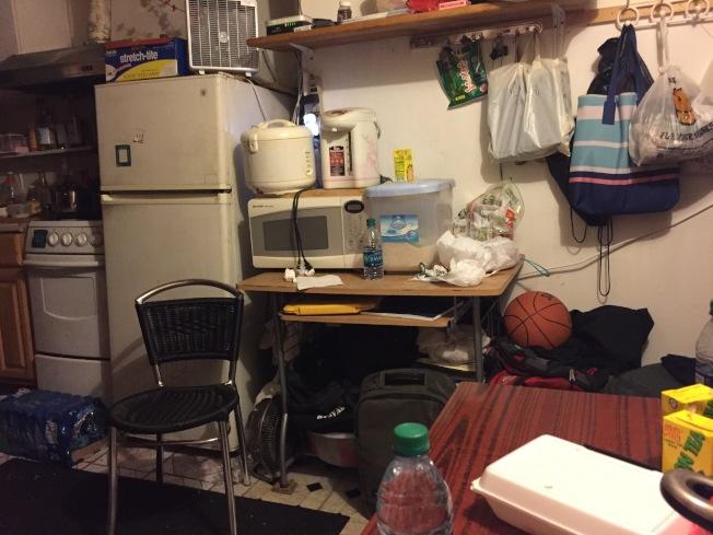 林隆輝一家人擠在華埠小小的一室一廳裡。(記者俞姝含/攝影)