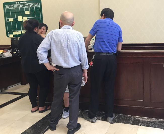 林隆輝的家人在寶福殯儀館預約出殯時間。(記者俞姝含/攝影)
