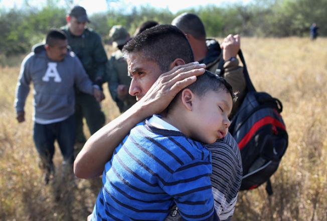 一名在德州美墨邊境的小偷渡客,被大人帶進美國的檔案照。(Getty Images)