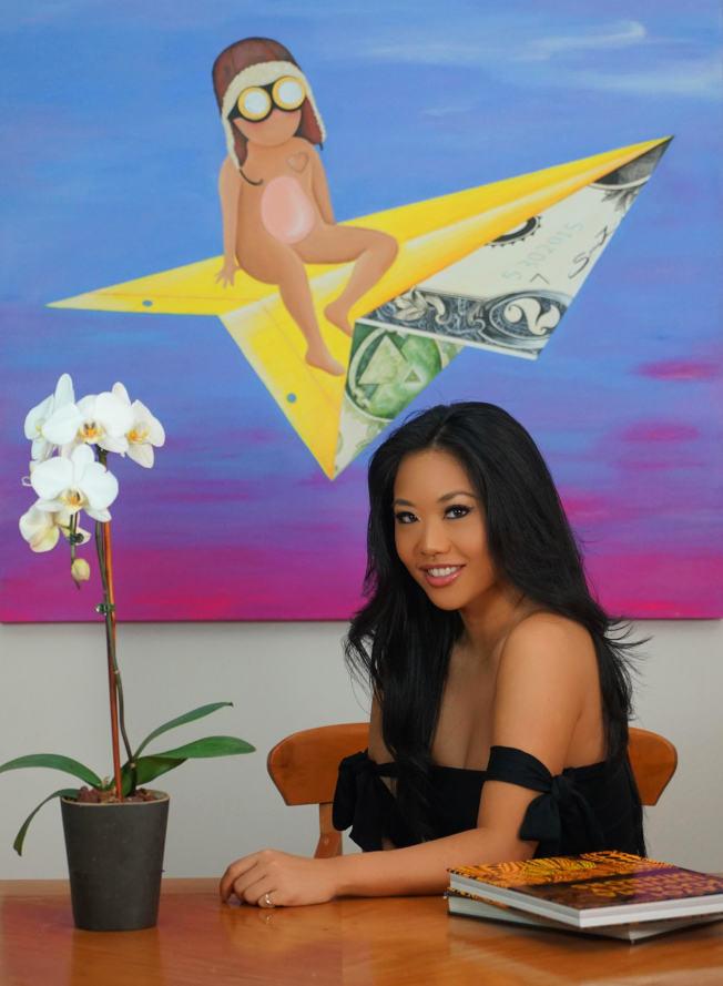 蔡書璇與她的畫作「Dollar and a Dream」。(蔡書璇/提供)