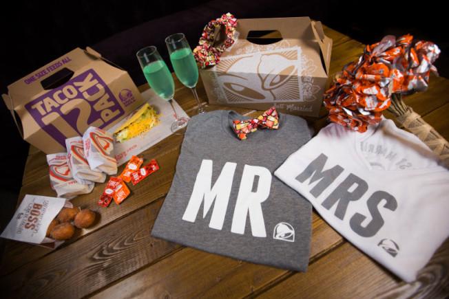 賭城塔可鐘推出600元套裝閃婚服務,場地+證婚官+特製新娘捧花+蛋糕+12人餐點+新人T恤,四小時內保證完婚。(Taco Bell)