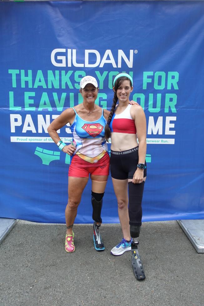 身著假肢的Victoria(左)和Caitlin參加內衣跑。(記者金春香/攝影)
