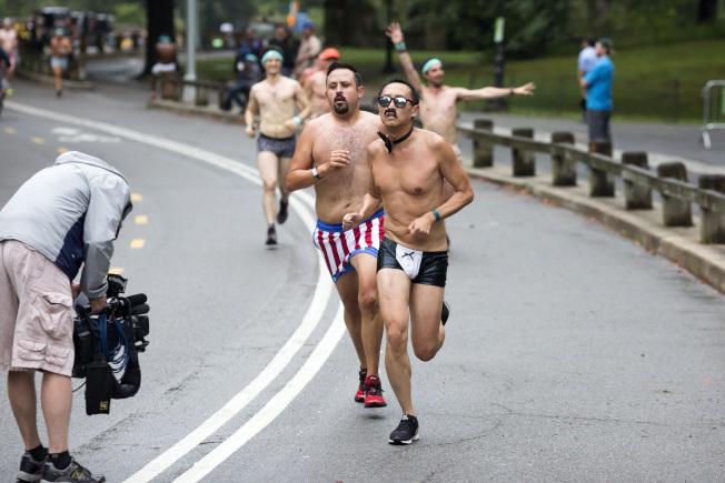 內衣跑參賽者在奔跑。(記者金春香/攝影)