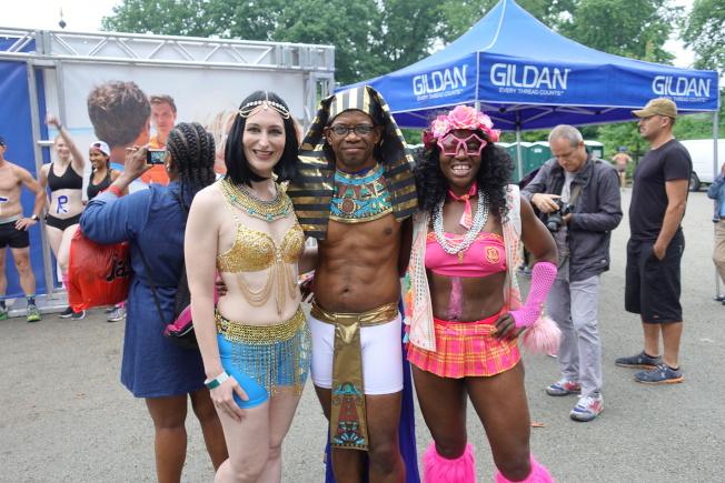 Sarah(左一)、Vincent(中)用埃及元素打扮自己。(記者金春香/攝影)