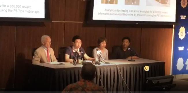 章瑩穎父親章榮高(右一)14日宣布,將提供女兒下落線索的獎金,提高到五萬元。(伊大警局直播視頻截圖)