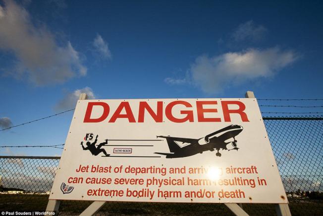 荷屬聖馬丁島的茱莉安娜公主國際機場外海灘上設有警告牌。(Getty Images)