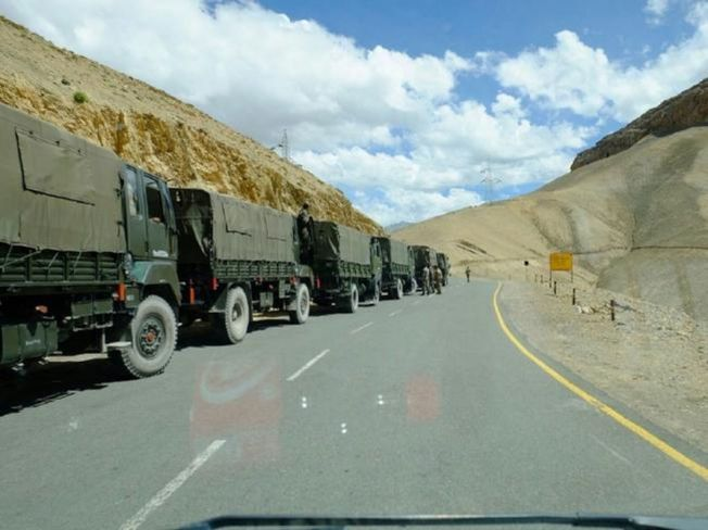 網傳解放軍軍車排成長龍,大舉開往中印邊境。(取材自微博)