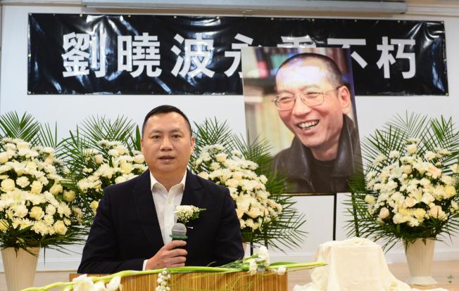 紐約各界15日在法拉盛台灣會館舉行劉曉波追悼會,前八九學運領袖王丹致詞。(記者許振輝/攝影)