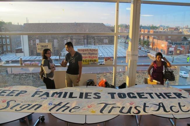 移民團體呼籲伊州州長朗納盡快簽署「信任法」。(圖:伊州移難民權益聯盟提供)