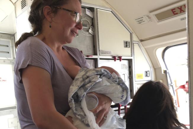 佛蘭斯上個月帶著剛滿四個月大的兒子從丹佛搭機到德州,因為飛機延誤起飛,機艙裡愈來愈悶熱,兒子無法忍受,最後趴在佛蘭斯懷裡失去意識。(美聯社)