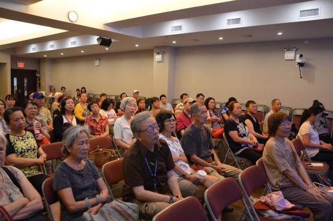近百民眾到場聽「鼻咽癌—症狀預防與治療」的講座。(記者牟蘭/攝影)