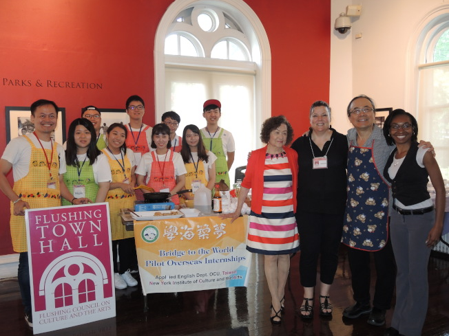 「煎餅大排檔」亞洲煎餅工作坊的團隊歡迎民眾品嘗美食。(記者朱蕾/攝影)