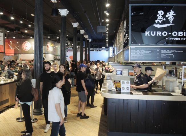 「堅尼路市場」美食廣場不乏愛好亞洲美食的外族裔顧客光顧。(本報資料照片)