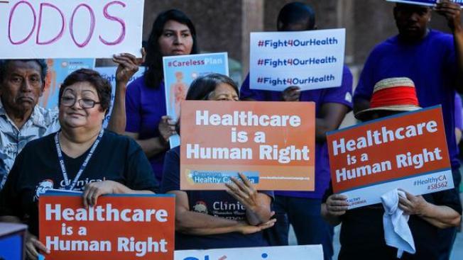 三分之一的加州民眾享有加州白卡。根據參議院版本的新健保計畫,聯邦將大幅削減給加州的健保補助,促使部分民眾支持加州自辦健保。(洛杉磯時報)