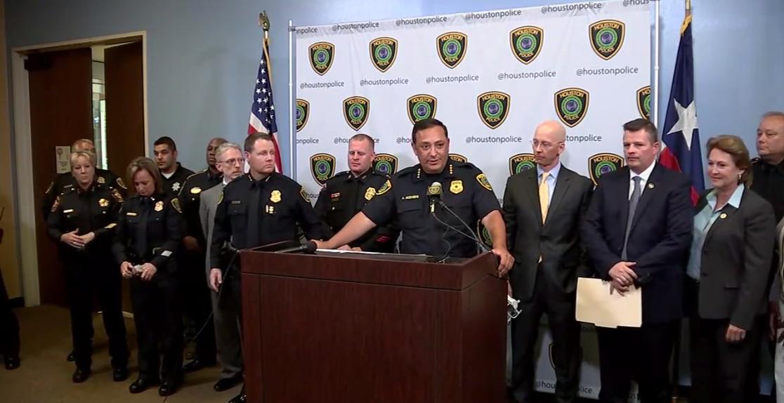 休士頓警局局長阿塞維多(右四)宣布將啟用捷運巴士做掩護,嚴打野蠻駕駛員。(休士頓警局提供)
