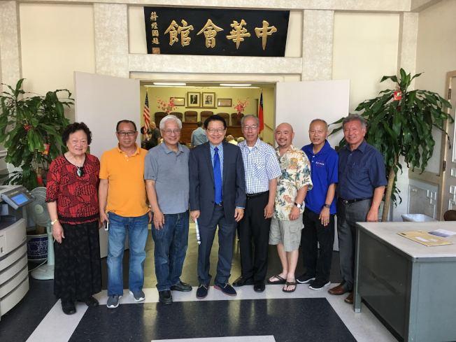 伍國慶(左四)拜會羅省中華會館。(方杰洲提供)