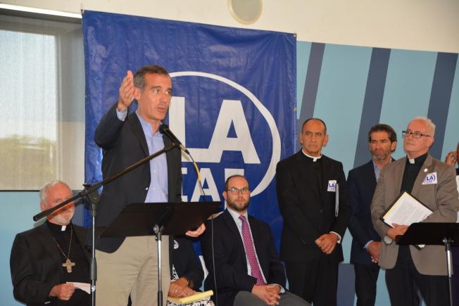 洛杉磯市市長賈西提談論槍枝暴力和遊民問題。(記者高梓原/攝影)
