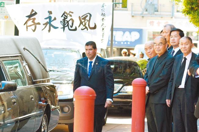 靈車繞道華埠到寧陽總會館,在場送李超南最後一程的僑領包括伍璇燦(右起)、甄國輝及黃惠喜等。(記者李秀蘭/攝影)