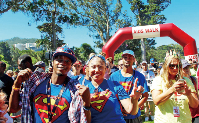 有參與愛滋病健行的民眾身穿超人服飾。(記者李晗/攝影)
