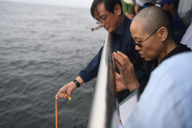 劉曉波的骨灰15日海葬,劉霞一旁哀悼。(Getty Images)