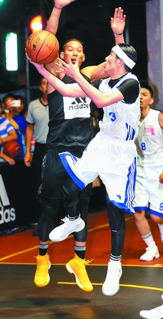 NBA球星林書豪(左)與蕭敬騰(右)16日進行籃球比賽,同場對決球技。(記者林伯東/攝影)