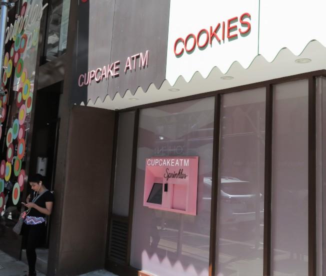 位於曼哈頓上東城的杯子蛋糕ATM,粉嫩的外表十分吸引過路人。(記者陳小寧/攝影)