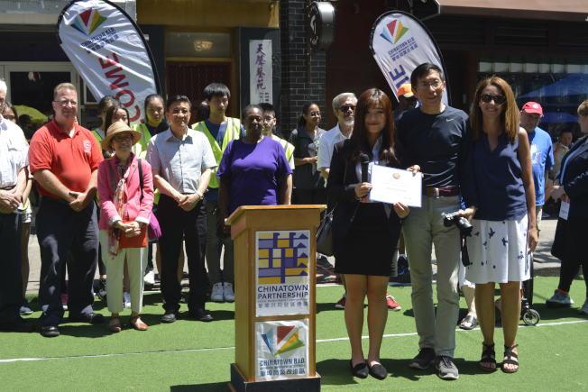 維樂貴絲代表(左)為兩組織帶來榮譽證書。(記者俞姝含/攝影)