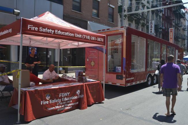 「周末漫遊節」,民眾參觀消防車裡展出的消防知識。(記者俞姝含/攝影)