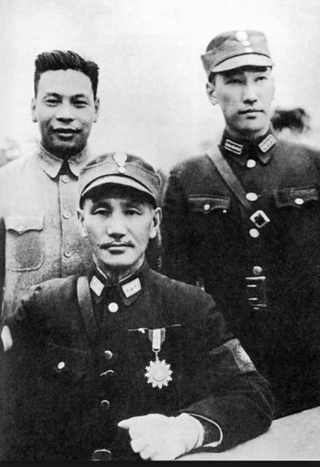 蔣介石與長子蔣經國(左)及蔣緯國(右)。 (翻攝於「蔣公中正暨經國先生、緯國將軍軍旅身影特展」)