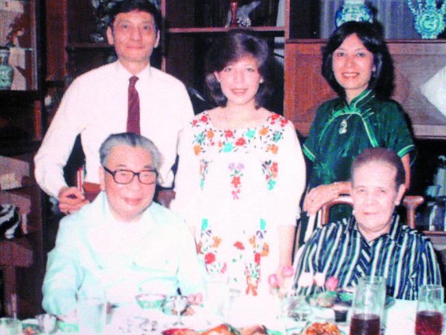 蔣經國及夫人方良女士,後為長子蔣孝文、蔣徐乃錦夫婦及女兒蔣友梅。(翻攝照片)