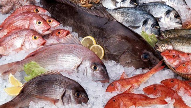 新研究發現,吃非油炸魚可減輕類風溼性關節炎的症狀。(Getty Images)