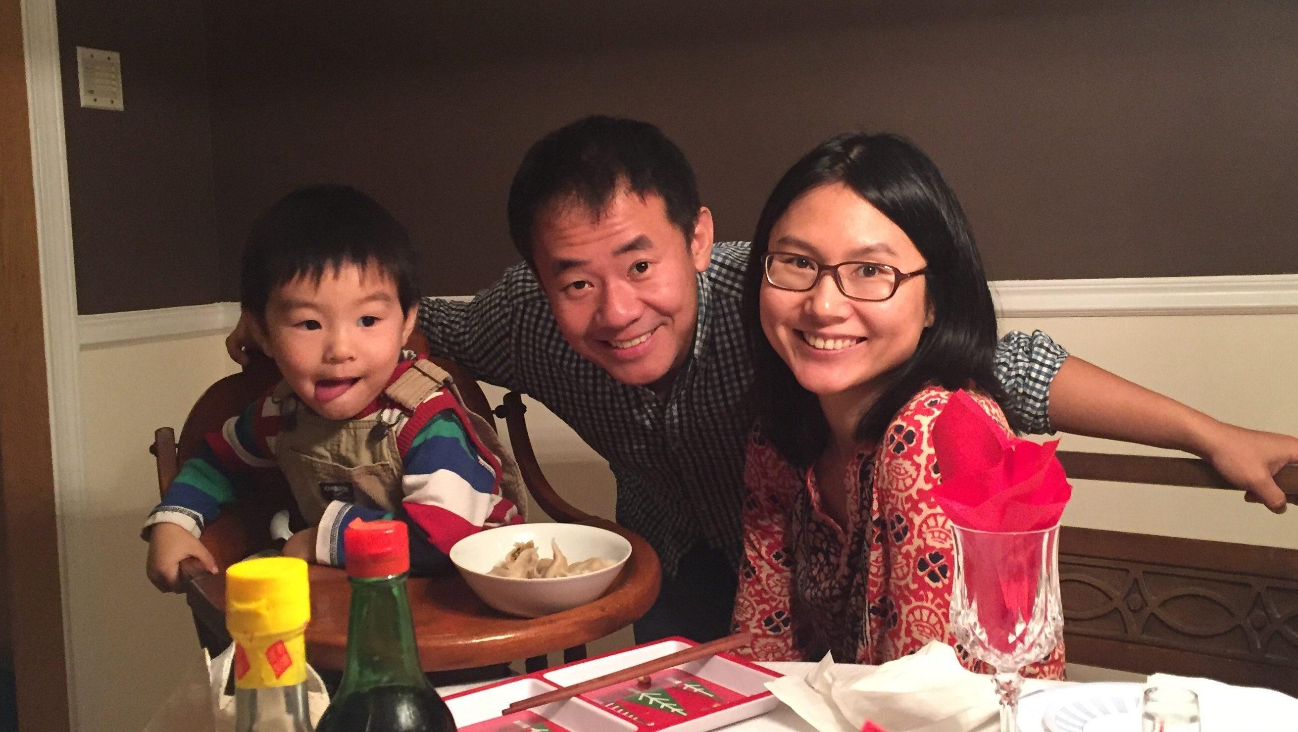 王夕越(中)有個幸福家庭,妻子邱華(右)與四歲兒子已經一年多沒見他。(邱華提供)