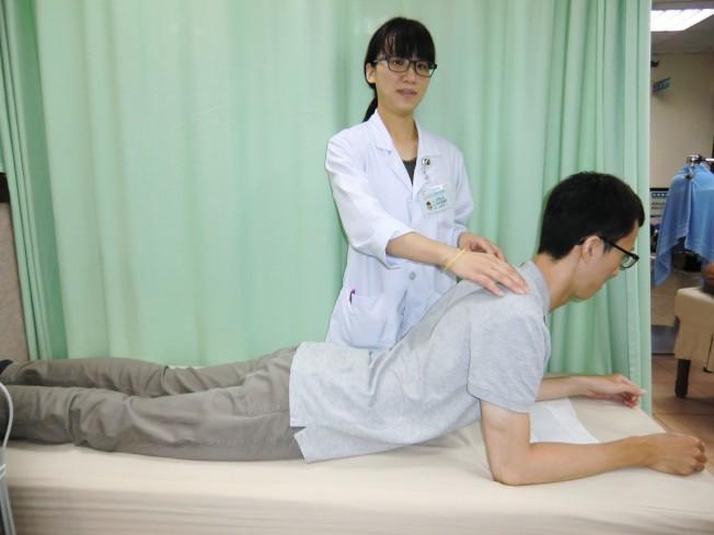 預防急性椎間盤突出兩式:第一招「背肌強化」,可訓練背肌、穩固腰椎肌肉。(記者蔡容喬/攝影)