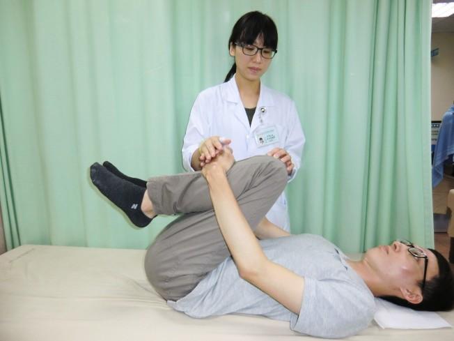 預防急性椎間盤突出兩式:第二招「背肌放鬆運動」,可放鬆背肌。(記者蔡容喬/攝影)