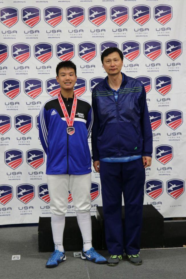 亞市七年級學生林伯恩(Ryan Lin,左)和教練楊文勇合影。 (讀者提供)