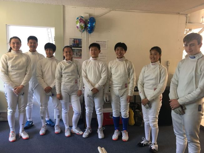 華人家長讓孩子學習擊劍。 (讀者提供)