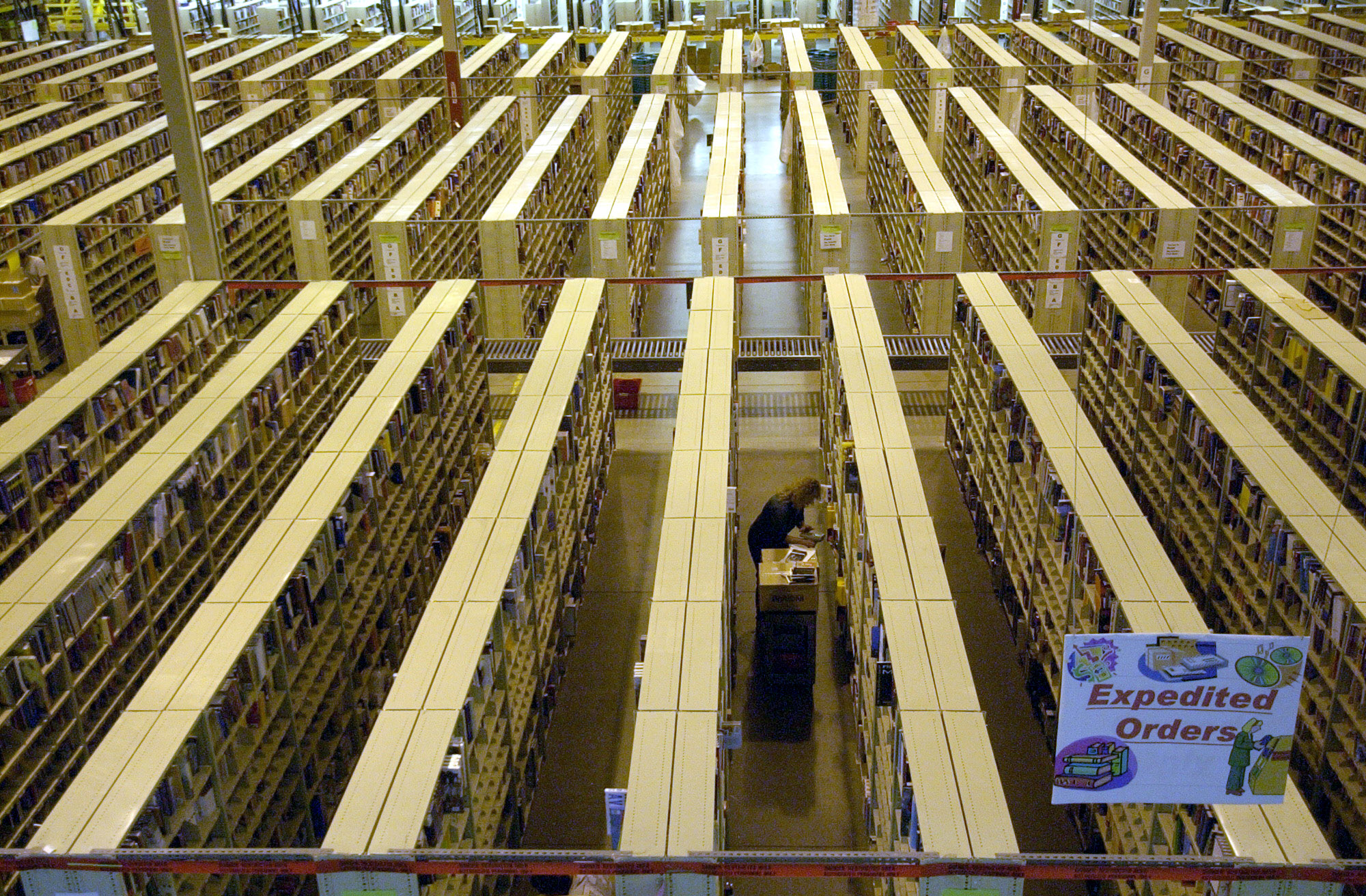 2004年3月17日,一名亞馬遜員工正在內華達州分部的運送倉庫掃描商品。(美聯社)
