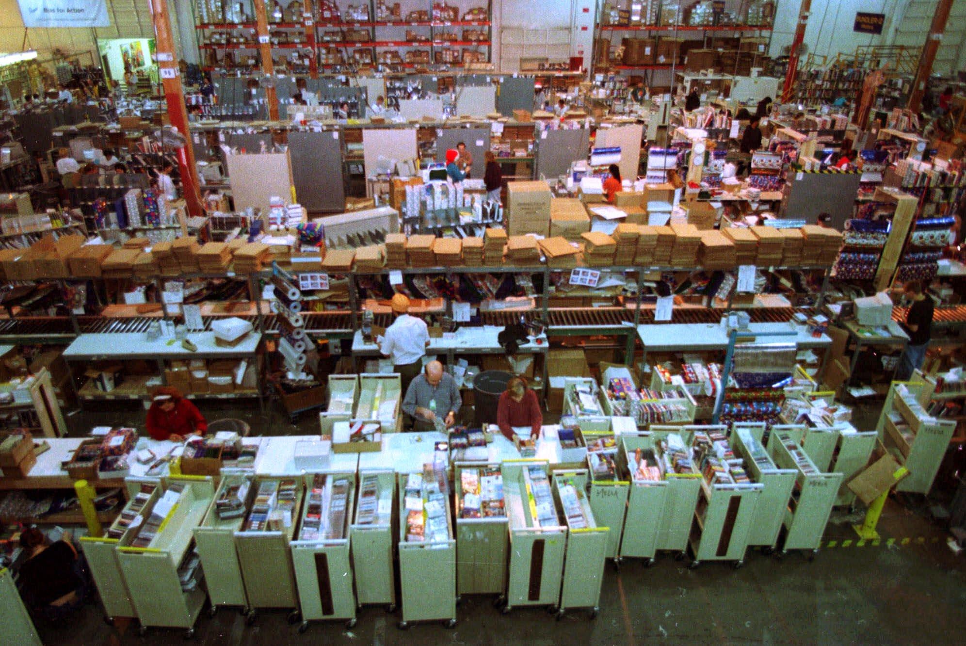 1999年12月15日,位於亞馬遜總部西雅圖的倉庫堆滿了待運送的聖誕禮物。(美聯社)