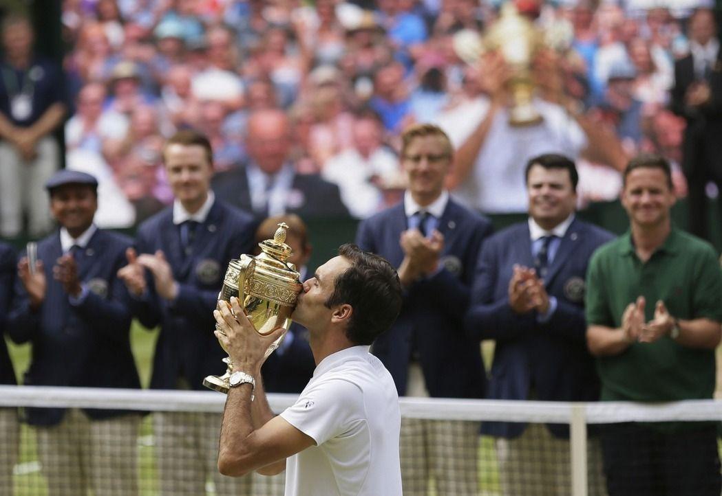 費德勒奪溫網冠軍親吻獎盃。 (美聯社)