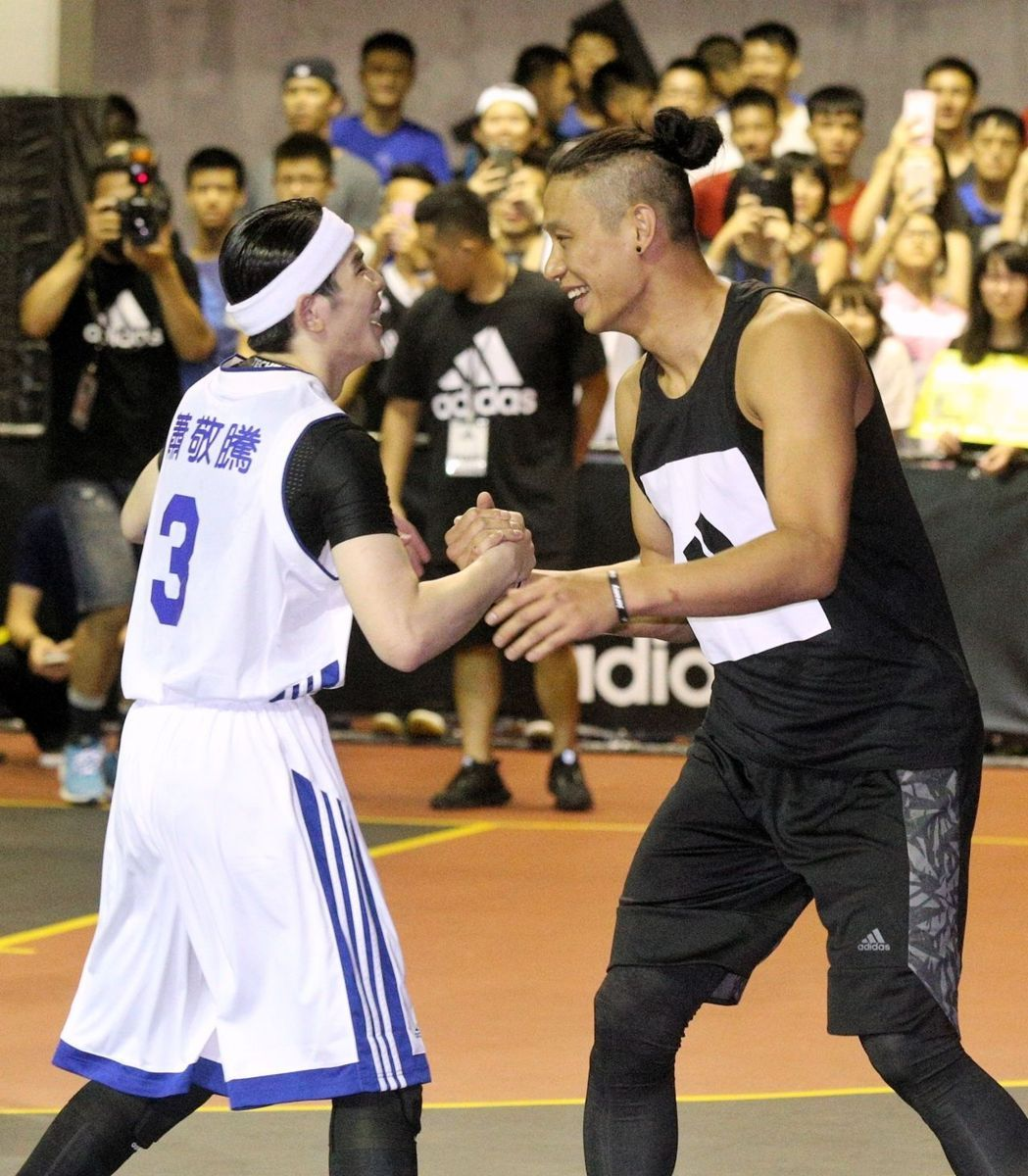 NBA球星林書豪(右)與歌壇好手蕭敬騰(左)進行籃球比賽,同場對決球技。(記者林伯東/攝影)