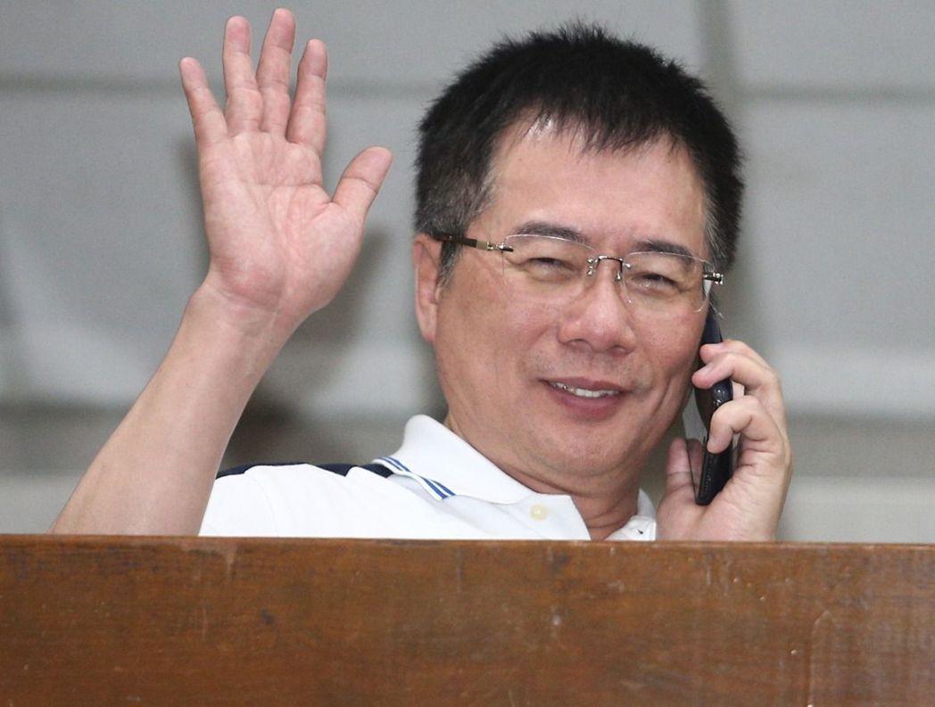 蔡正元昨晚遭移送台北地檢署複訊,晚間11點多利用偵查庭休息時間到外面打電話,更談笑自若的舉手跟記者打招呼。記者蘇健忠/攝影