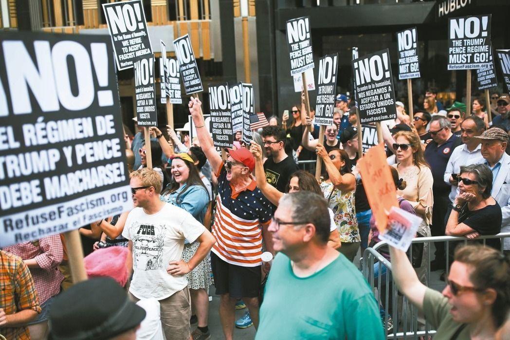 反川普民眾十五日在紐約川普大樓外抗議。 (法新社)