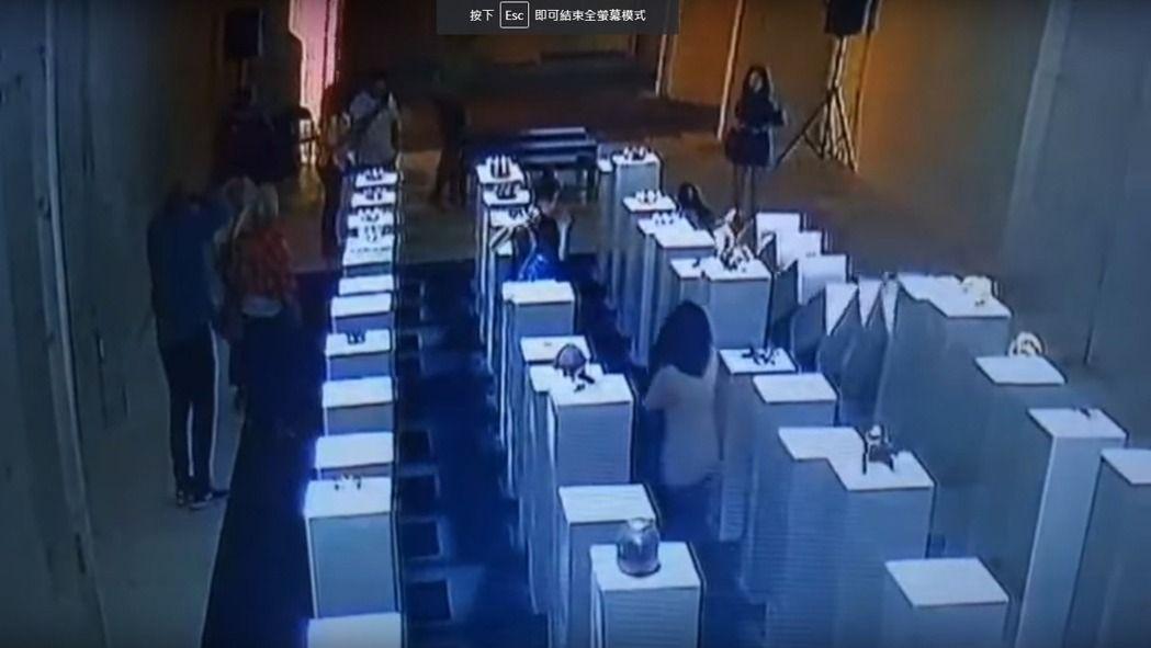 一名女子於1間藝廊自拍時,不慎碰倒身後一堆擺放展品的展台,可能得為損毀賠上約新台幣600萬。(圖擷自YouTube)
